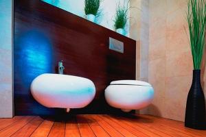 Łazienki- różne gatunki podłóg z drewna egzotycznego