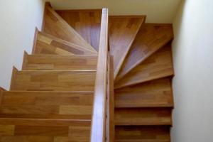Renowacja schodów dębowych poprzez obłożenie deską warstwową dębową